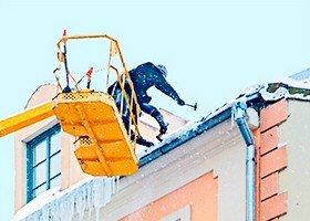 Сбивание снега и сосулек с крыш, козырьков и карнизов